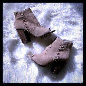 Nine West tan open toe booties size 7